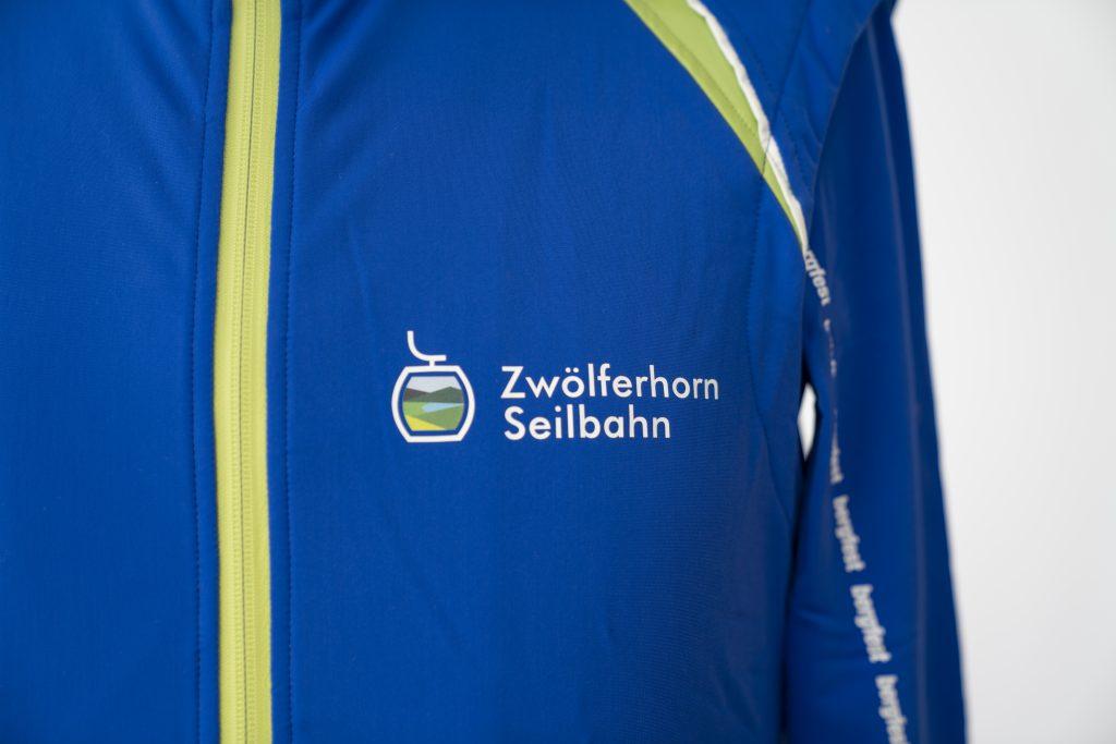 Detail einer Jackenbrust mit dem Zwölferhornlogo